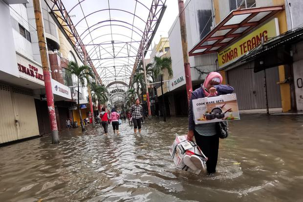 Kadin DKI: Pengunjung Pusat Perdagangan Turun 40% Imbas Banjir Jakarta.