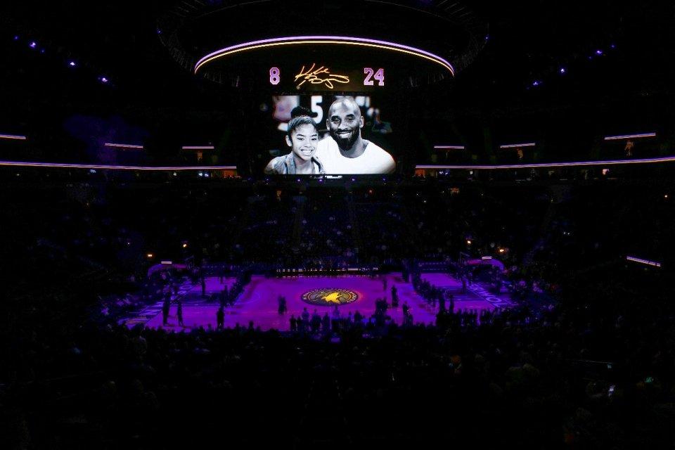 Foto Kobe Bryant dan Gianni ditampilkan di stadion Target Center, Minnesota. Michael Jordan memberikan pidato yang mengharukan tentang Kobe Bryant dalam acara memorial di Staples Center, Selasa (25/2).