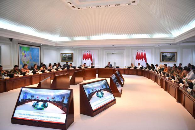 Suasana rapat terbatas yang dipimpin Presiden Joko Widodo di Kantor Presiden, Jakarta, Rabu (26/2/2020). Rapat kabinet tersebut membahas perpindahan Ibu Kota Negara.
