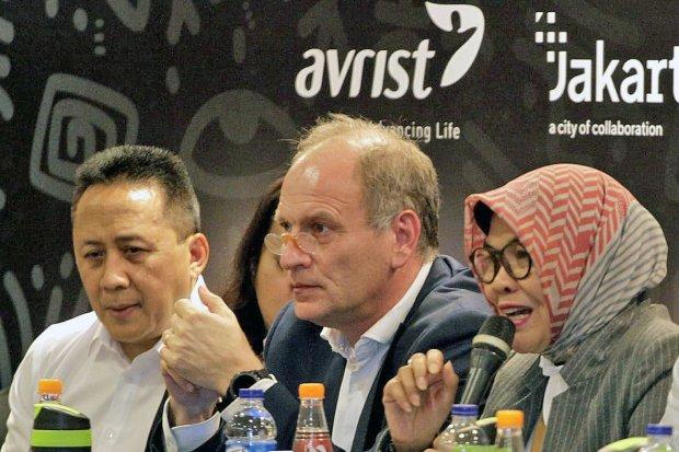 Direktur Bisnis Konsumer BNI Corina Leyla Karnalies (tengah) menyerahkan mock up BNI TapCash edisi khusus BNI Java Jazz Festival 2020 kepada President