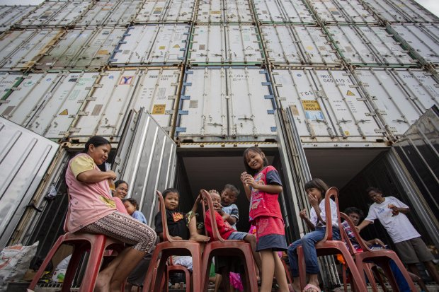 Mengungsi Di Peti Kemas Kosong