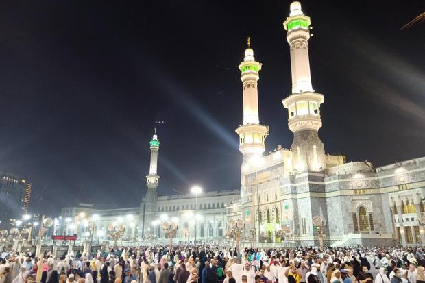 Umat muslim memadati area sekitar Masjidil Haram, Mekah, Arab Saudi, Kamis (27/2/2020). Suasana di sekitar Masjidil Haram normal dan jamaah masih bisa menjalankan ibadah seperti biasa pasca pengumuman pemerintah Arab Saudi yang menangguhkan sementara keda