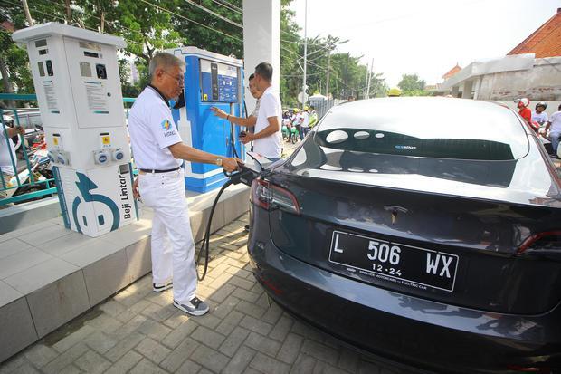 Pemilik mobil listrik mengisi daya kendaraannya di sela-sela peresmian Stasiun Pengisian Kendaraan Listrik Umum (SPKLU) PLN di Surabaya, Jawa Timur, Sabtu (29/2/2020).