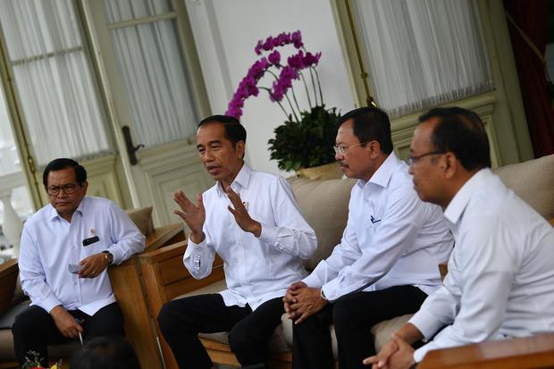 Presiden Joko Widodo (kedua kiri) didampingi Menteri Kesehatan Terawan Agus Putranto (kedua kanan), Menseskab Pramono Anung (kiri) dan Mensesneg Pratikno menyampaikan konferensi pers terkait virus corona di Istana Merdeka, Jakarta, Senin (2/3/2020). Presi