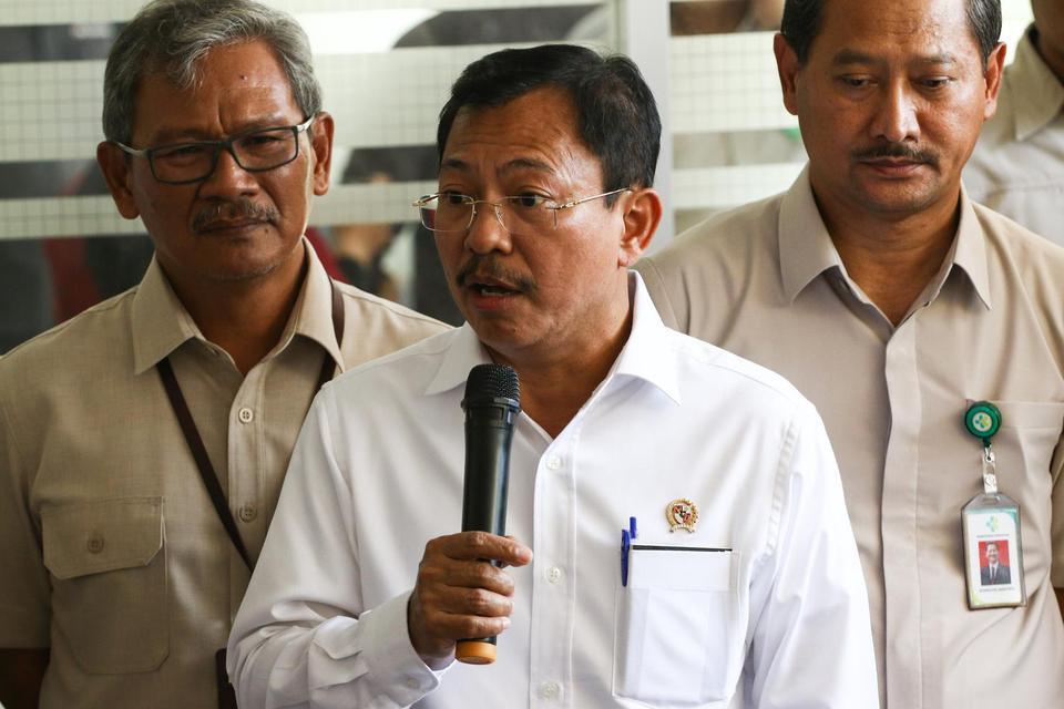 Ilustrasi, Menteri Kesehatan Terawan (Menkes) Agus Putranto (tengah) memberikan keterangan pers seusai meninjau RSPI Sulianti Saroso, Jakarta, Senin (2/3/2020). Melalui PP Nomor 21 Tahun 2020, penetapan PSBB oleh Pemda harus melalui persetujuan Menkes Ter