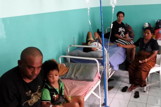 Sejumlah orang tua menjaga anaknya yang sedang dirawat akibat terserang demam berdarah dengue (DBD) di RS swasta Santo Gabriell Kewapante di Kabupaten Sikka, NTT, Kamis (12/3/2020).
