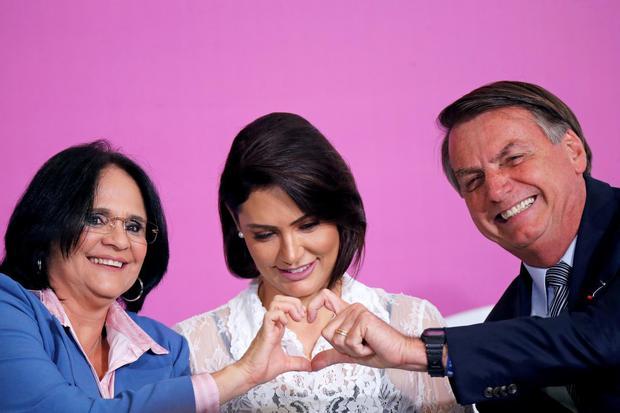 Ilustrasi. Michelle Bolsonaro bersama suaminya. Ia terinfeksi virus corona pada Kamis (30/7).