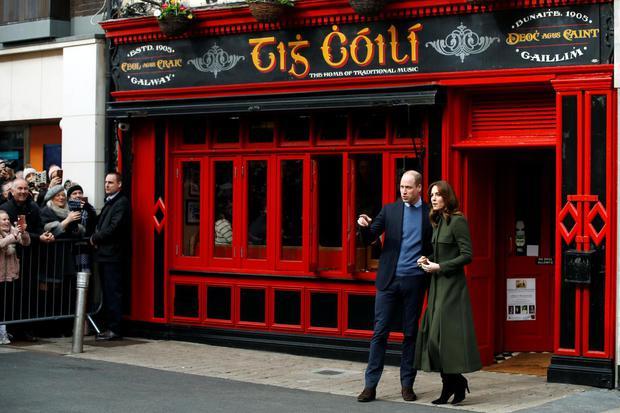 Phil Noble Pangeran William dan istrinya Catherine, Duchess of Cambridge, meninggalkan pub Tig Colli di Galway, Irlandia, Kamis (5/3/2020).