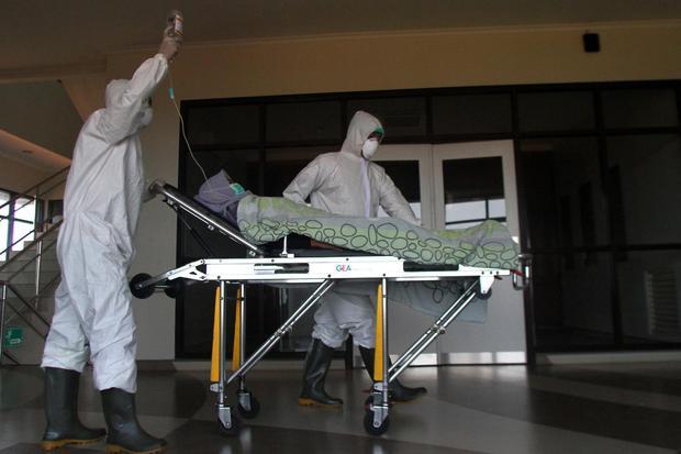 Ilustrasi, penanganan kasus pasien terinfeksi virus corona. Pemerintah mengumumkan per Rabu (25/3) total kasus positif cirus corona menjadi 790 orang, dengan jumlah pasien meninggal mencapai 58 orang.