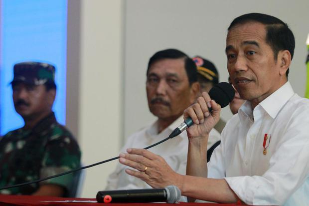 Presiden Joko Widodo (kanan) didampingi Menteri Koordinator Bidang Kemaritiman Luhut Binsar Pandjaitan (kedua kiri) dan Panglima TNI Marsekal TNI Hadi Tjahjanto (kiri) memberikan keterangan pers usai melakukan peninjauan kesiapan Bandara dalam menghadapi