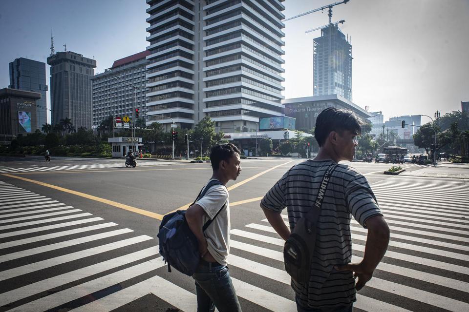 Warga beraktivitas di Jalan MH Thamrin, Jakarta, Minggu (15/3/2020). Pemprov DKI Jakarta meniadakan kegiatan Hari Bebas Kendaraan Bermotor (HBKB) untuk dua minggu kedepan yakni tanggal 15 dan 22 Maret 2020 sebagai upaya pencegahan penyebaran virus Corona