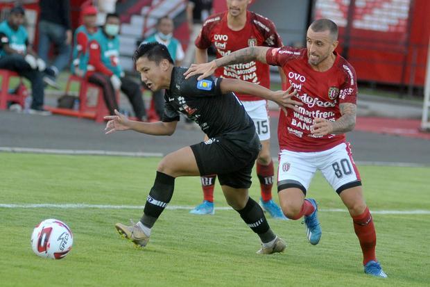 Ilustrasi, pertandingan sepak bola Liga 1 Indonesia. Memasuki era normal baru, kompetisi sepak bola Indonesia rencananya akan digulirkan kembali September 2020.