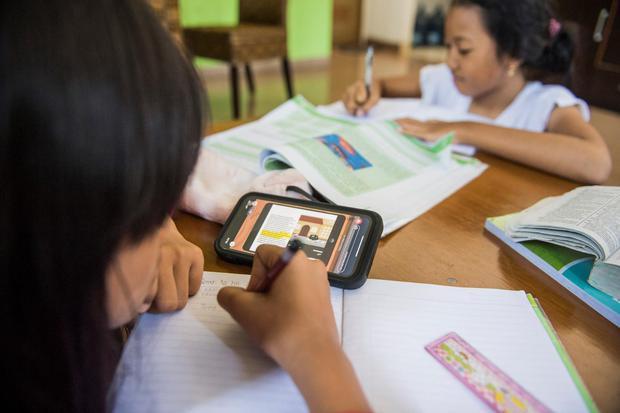 Dua anak menonton video belajar digital dari rumah di Bandung, Jawa Barat, Selasa (17/03/2020). Presiden Joko Widodo menegaskan bahwa kebijakan untuk bekerja, belajar dan beribadah di rumah perlu dilakukan untuk menekan penyebaran virus corona atau Covid-