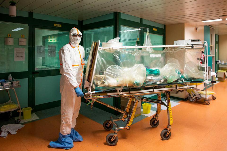 Ilustrasi, Petugas medis memakai pakaian pelindung memindahkan pasien virus corona (COVID-19). Para penliti AS menyebut virus corona bukan merupakan virus buatan, melainkan hasil mutasi alam.