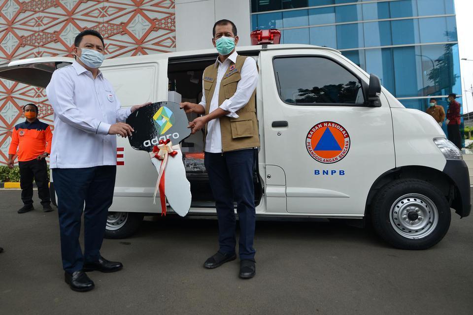 Kepala Badan Nasional Penanggulangan Bencana (BNPB) Doni Monardo (kanan) menerima secara simbolik bantuan dari Presiden Direktur PT Adaro Energy Tbk Garibaldi Thohir di Graha BNPB, Jakarta, Senin (23/3/2020). Adaro menyalurkan bantuan sebesar Rp20 miliar