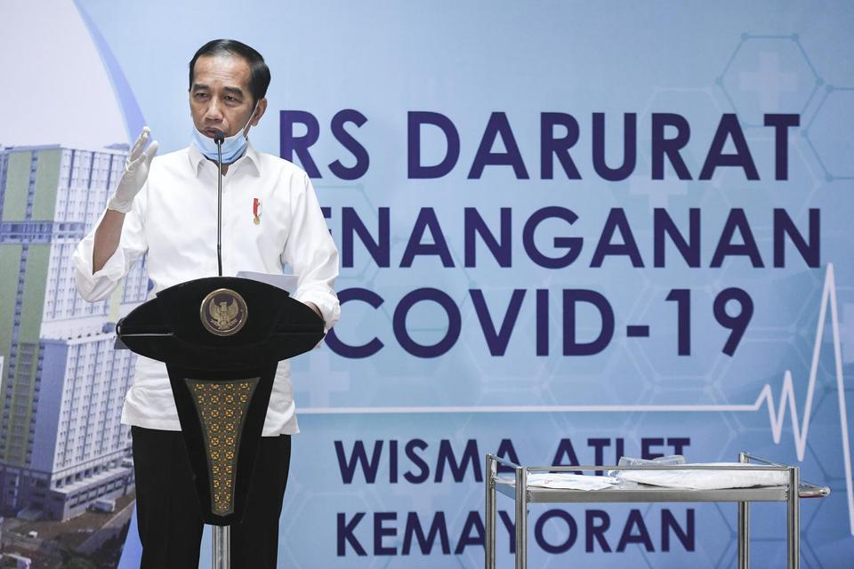 Presiden Joko Widodo memberikan keterangan pers saat meninjau Rumah Sakit Darurat Penanganan COVID-19 Wisma Atlet Kemayoran, Jakarta, Senin (23/3/2020). Presiden Joko Widodo menyatakan pemerintah merilis sembilan kebijakan bantuan untuk menjaga daya beli