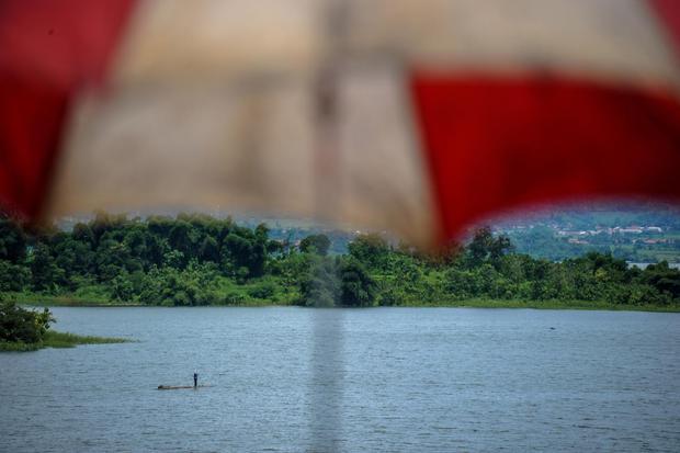 Seorang nelayan mencari ikan di Waduk Jatigede, Kabupaten Sumedang, Jawa Barat, Sabtu (21/3/2020). Pemerintah Provinsi Jawa Barat menggelontorkan anggaran Rp30 miliar kepada Pemkab Sumedang untuk pengembangan wisata di sekitar Waduk Jatigede untuk menjadi