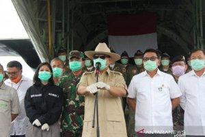Menhan Prabowo Subianto saat serah terima alat kesehatan dari Tiongkok di Lanud Halim Perdanakusuma, Jakarta, Senin (23/3).