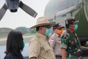 Menteri Pertahanan Prabowo Subianto saat menerima alat kesehatan yang dibawa TNI AU dari Tiongkok di Lanud Halim Perdanakusuma, jakarta, Senin (23/3).