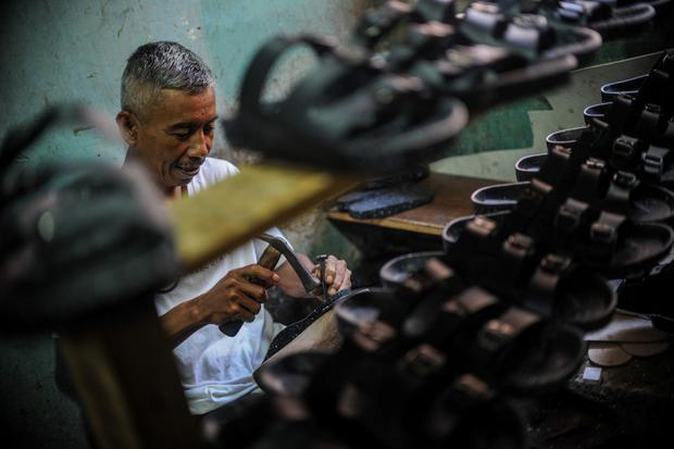 Ilustrasi, pekerja industri alas kaki. Asosiasi Persepatuan Indonesia (Aprinso) menilai peluang Indonesia menggaet relokasi investasi dari Tiongkok kecil.