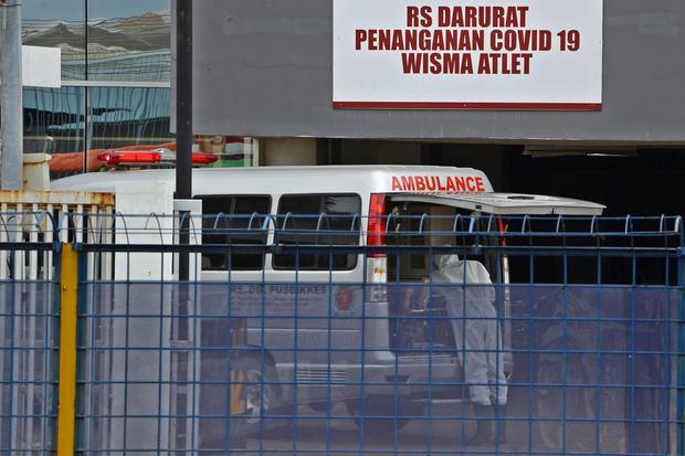Petugas bersiap memindahkan pasien memasuki Rumah Sakit Darurat Penanganan COVID-19 di Wisma Atlet Kemayoran, Jakarta, Selasa (24/3/2020). Berdasarkan data yang dirilis pemerintah, hingga Selasa (24/3) pagi sebanyak 102 pasien ditangani di rumah sakit dar
