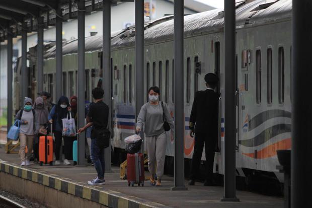 Penumpang turun dari kereta di Stasiun Jatibarang, Indramayu, Jawa Barat, Selasa (24/3/2020). PT Kereta Api Indonesia (KAI) memutuskan mengurangi jumlah perjalanan kereta api hingga 103 perjalanan KA per hari, untuk menekan penyebaran virus corona.