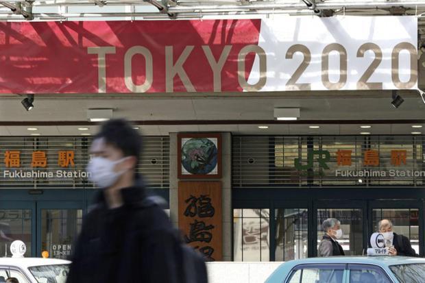 Spanduk Olimpiade Tokyo 2020 dipasang di depan stasiun di Fukushima, Jepang, Selasa (24/3/2020).