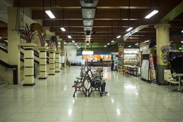 Suasana Mall Blok M, Jakarta Selatan yang tampak sepi, Selasa (24/3/2020). Kinerja penjualan ritel di pusat perbelanjaan turun drastis, sebesar 95%. Kondisi ini membuat 150.000 karywan dirumahkan.
