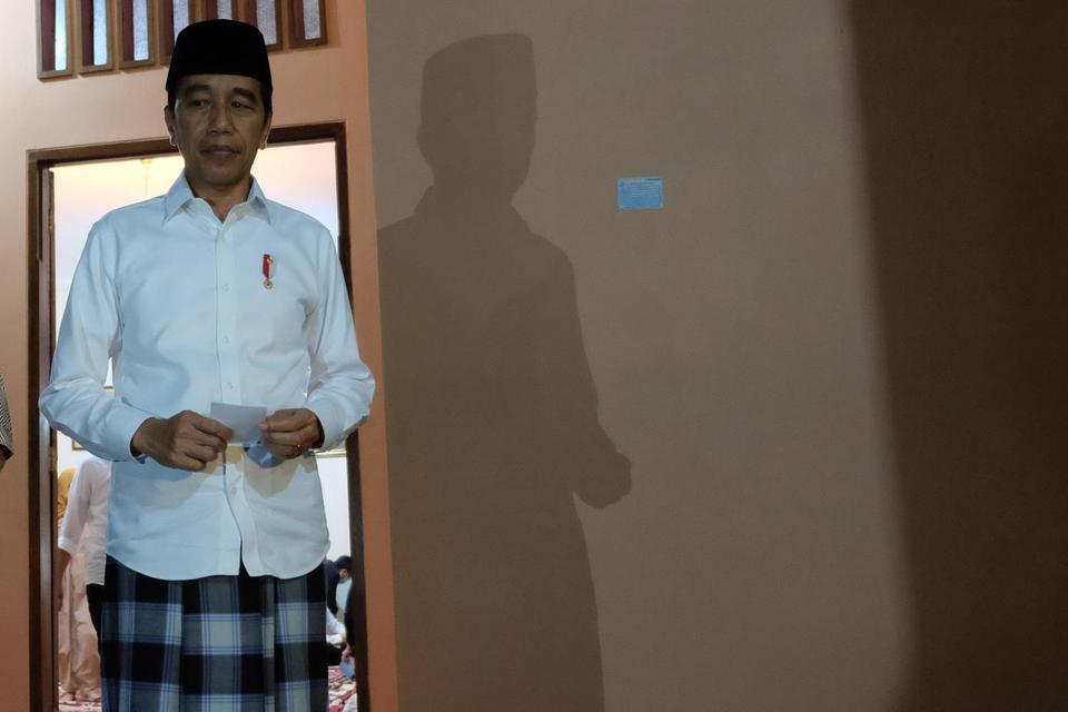 Presiden Joko Widodo bersiap memberikan keterangan pers terkait wafatnya ibunda Presiden Joko Widodo, Sujiatmi Notomiharjo di rumah duka, Sumber, Banjarsari, Solo, Jawa Tengah, Rabu (25/3/2020). Dalam keterangannya, Presiden Joko Widodo menyatkan bahwa Ib