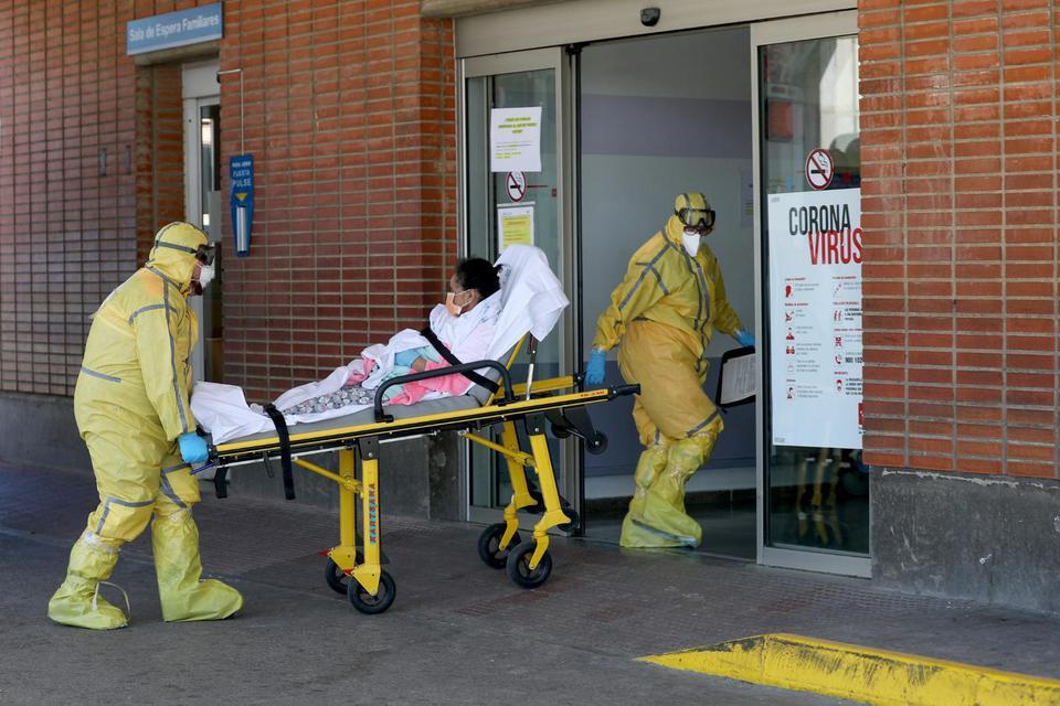 Ilustrasi, petugas medis membawa pasien positif virus corona di Rumah Sakit Severo Ochoa, Spanyol. Secara global, total kasus positif virus corona telah mencapai 784.440 kasus, bertambah 61.050 kasus baru.