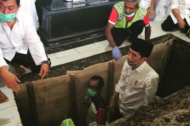 Presiden Jokowi dalam Prosesi Pemakaman Ibundanya