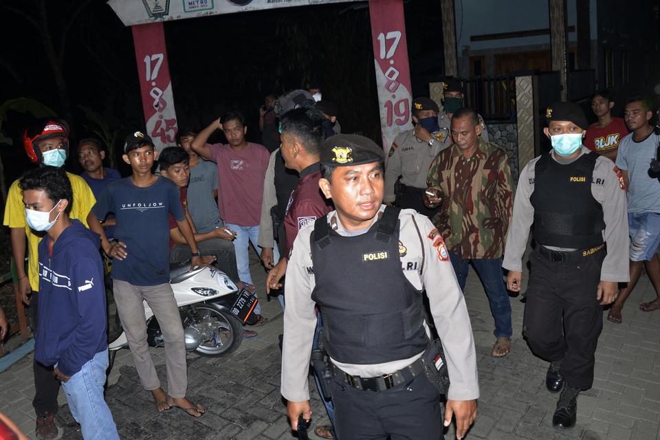 Polisi membubarkan warga yang berkumpul di pinggir jalan di Kabupaten Gowa, Sulawesi Selatan, Minggu (29/3/2020). Patroli malam itu dilakukan sebagai upaya mencegah penyebaran COVID-19.