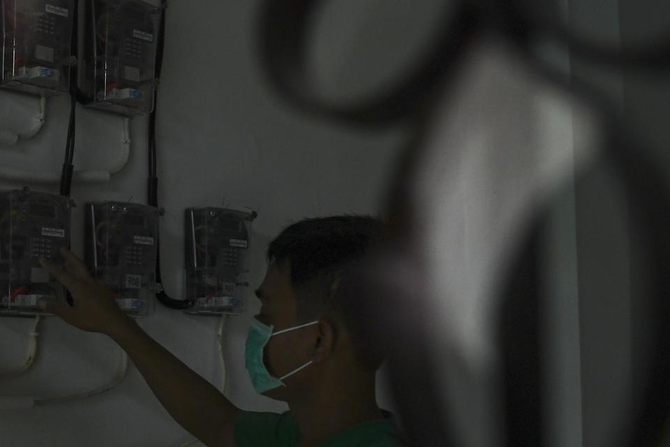 Warga memasukan pulsa token listrik di tempat tinggalnya, di Jakarta, Selasa (1/4/2020). Dampak penyebaran pandemi virus COVID-19, Pemerintah mmenggratiskan pembayaran listrik bagi 24 juta masyarakat miskin, untuk pelanggan berdaya listrik 450 VA gratis b