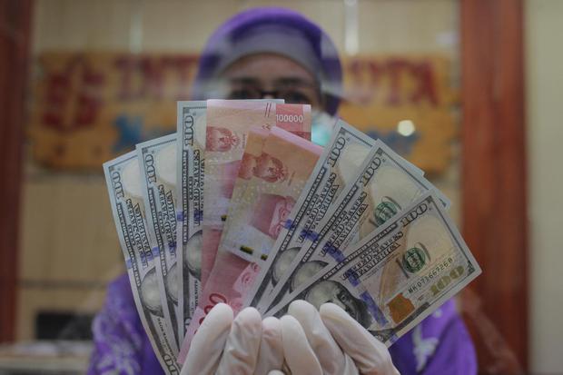 Ilustrasi, uang rupiah dan dolar AS. Nilai tukar rupiah Kamis (30/7) sore melemah 0,4% ke level Rp 14.600 per dolar AS.