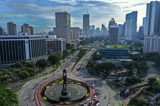 Foto udara suasana gedung bertingkat di kawasan Jalan Jendral Sudirman, Jakarta, Jumat (3/4/2020). Memasuki minggu ketiga imbauan kerja dari rumah atau work from home (WFH), kualitas udara di Jakarta terus membaik seiring dengan minimnya aktivitas di Ibu