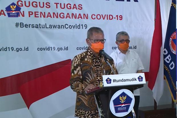 Juru bicara penanganan nasional Covid-19 Achmad Yurianto saat menggelar konferensi video dari kantor BNPB, Minggu (5/4).