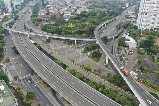 Foto udara suasana di salah satu ruas jalan di Jakarta, Minggu (5/4/2020). Gubernur DKI Jakarta Anies Baswedan telah mengajukan penerapan Pembatasan Sosial Berskala Besar (PSBB) di DKI Jakarta ke Kemeterian Kesehatan untuk percepatan penanganan COVID-19