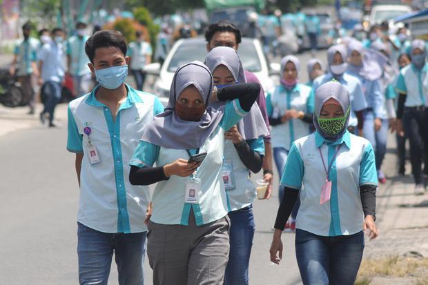 Sejumlah pekerja pabrik di Boyolali, Jawa Tengah, Selasa (7/4/2020). Pemerintah akan memberikan BLT bagi pekerja dengan gaji di bawah Rp 5 juta per bulan.