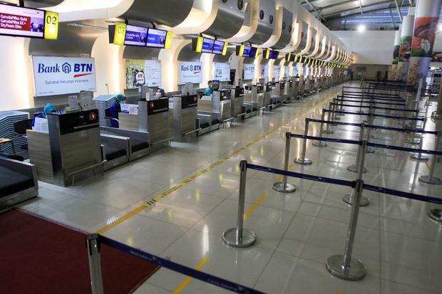 Ilustrasi, suasana sepi counter check-in bandara. INACA menilai pelonggaran kapasitas penumpang tidak cukup untuk memulihkan kinerja maskapai penerbangan yang sudah terpuruk akibat pandemi corona.
