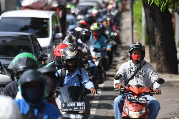Sejumlah kendaraan terjebak kemacetan di Jalan Raya Pasar Minggu, Jakarta, Rabu (8/4/2020). Pemprov DKI Jakarta telah menetapkan masa sosialisasi penerapan aturan Pembatasan Sosial Berskala Besar (PSBB) selama dua hari yaitu 8-9 April 2020 sebelum menerap