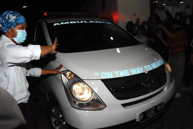 Ambulan yang mengangkut jenazah penyanyi Glenn Fredly meninggalkan RS Setia Mitra, Fatmawati, Jakarta Selatan, Rabu (8/4/2020). Penyanyi Glenn Fredly meninggal dunia di usia 44 tahun akibat penyakit meningitis.