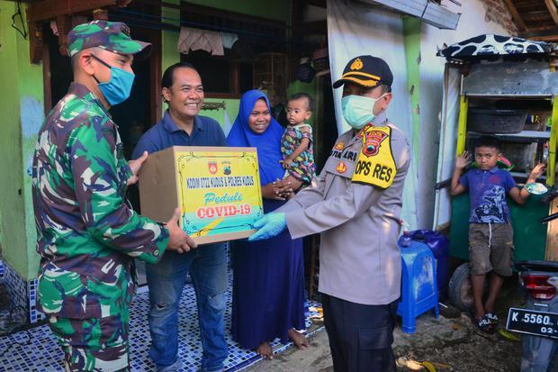 Ilustrasi, pembagian bantuan sembako bagi warga yang membutuhkan. Gubernur DKI Jakarta Anies Baswedan mengatakan, bagi warga yang membutuhkan bansos, namun belum terdaftar untuk segera melapor di Kelurahan setempat.