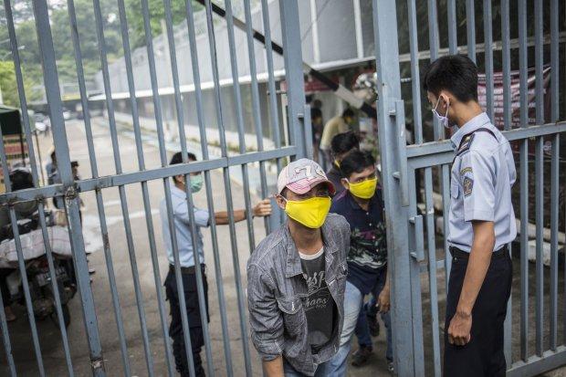 Sejumlah warga binaan keluar dari Rumah Tahanan Negara (Rutan) Kelas I Depok, Jawa Barat, Kamis (9/4). Sebanyak 295 orang warga binaan alias narapidana di Rumah Tahanan Negara (Rutan) Kelas I Depok, Jawa Barat bakal mendapat pembebasan bersyarat, terkait