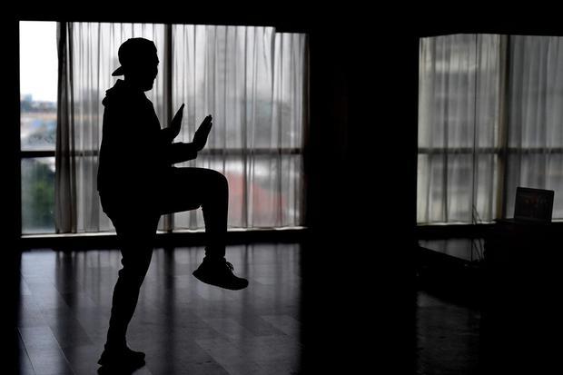 Instruktur zumba memimpin latihan secara daring di sebuah tempat kebugaran di Surabaya, Jawa Timur, Sabtu (11/4/2020). Kelas Zumba daring tersebut diharapkan dapat memfasilitasi masyarakat untuk berolahraga di rumah masing-masing guna mencegah penyebaran