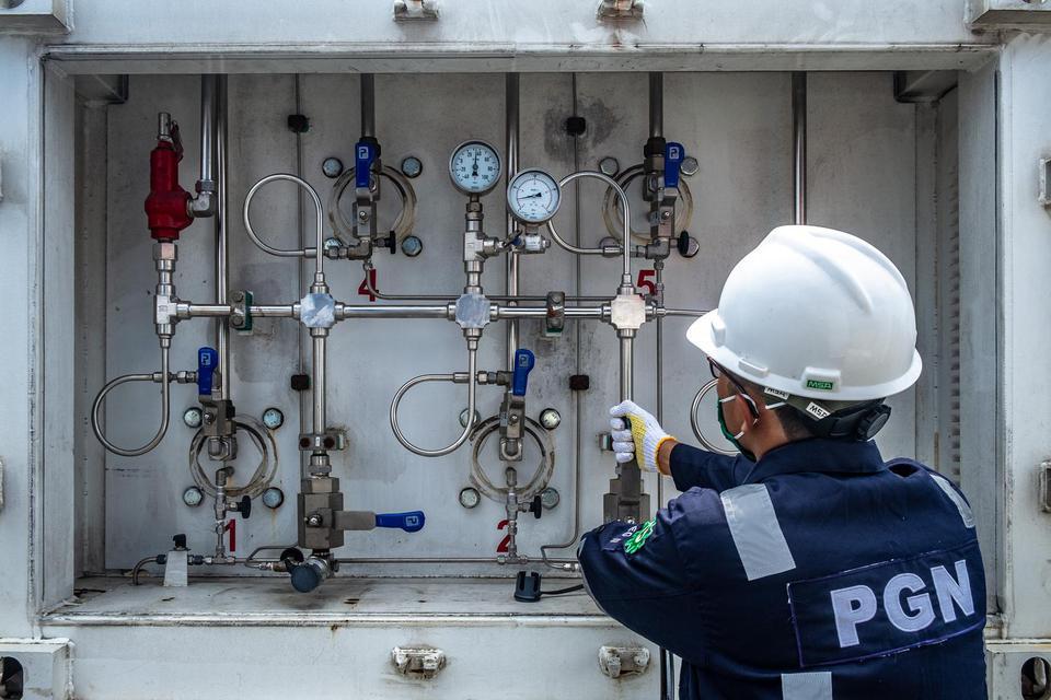 Petugas PGNmenyalurkan gas bumi dalam bentuk