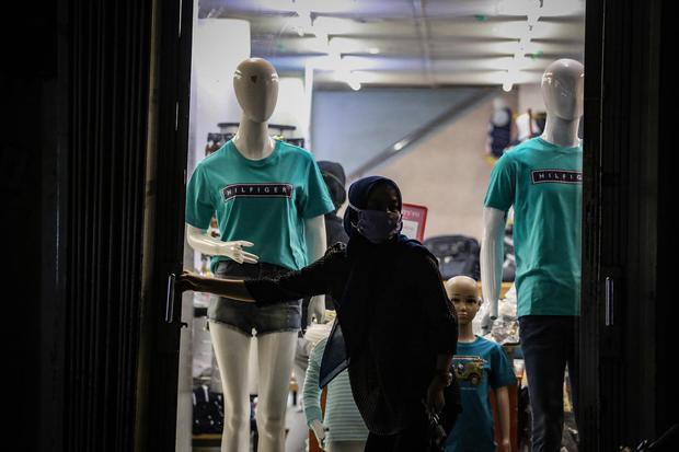Pedagang menutup toko miliknya di Pasar Lama, Kota Tangerang, Banten, Minggu (19/4/2020). Pemerintah menerapkan PSBB di wilayah Tangerang Raya sejak 18 April hingga 3 Mei 2020 dalam rangka percepatan penanganan COVID-19.