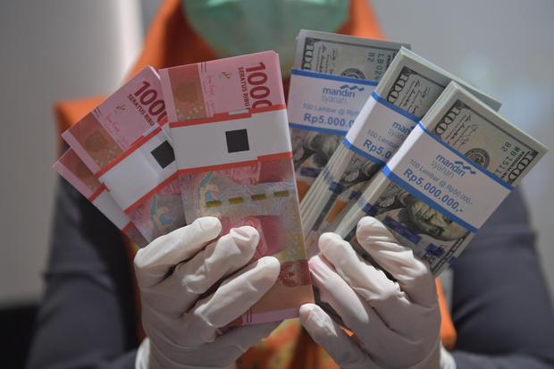 Ilustrasi, uang rupiah dan dolar AS. Sempat dibuka menguat, nilai tukar rupiah bergerak melemah ke level Rp 14.695 per dolar AS pada Kamis (27/8).