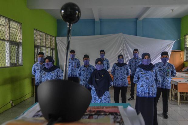 Sepuluh orang Pegawai Negeri Sipil (PNS) mengikuti pelantikan online di Aula SMAN 1 Ciamis, Kabupaten Ciamis, Jawa Barat, Selasa (21/4/2020). Pelantikan tersebut diikuti sebanyak 1.064 PNS TA 2018 di lingkungan Pemerintah Provinsi Jabar, di tingkat provin