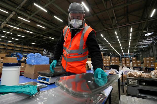 Lee Smith Seorang karyawan bekerja di pabrik Nissan saat Nissan memproduksi visor untuk NHS, di tengah penyebaran penyakit virus korona (COVID-19) di Sunderland, Britain, Selasa (21/4/2020).