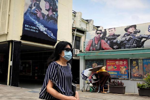 Ann Wang ARSIP FOTO : Seorang wanita, menggunakan masker pelindung, berjalan melewatai poster lowongan pekerjaan Kementerian Pertahanan Nasional, ditengah mewabahnya virus corona (COVID-19), di Taipei, Taiwan, Senin (20/4/2020).